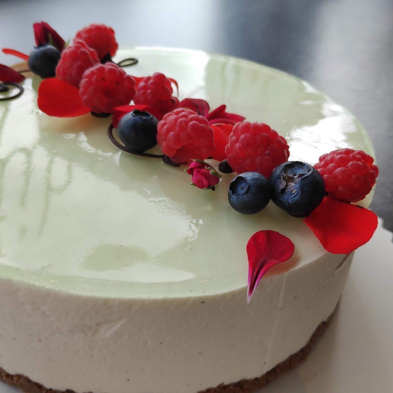 Monipuolinen valikoima kakkuja kahvila Rostasta